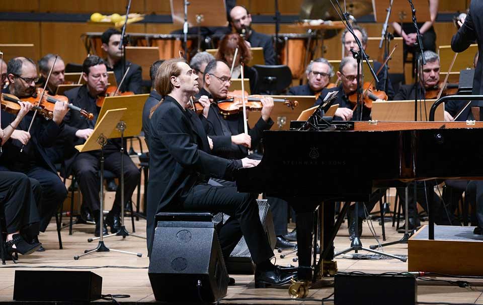 Στέφανος Κορκολής παίζει πιάνο