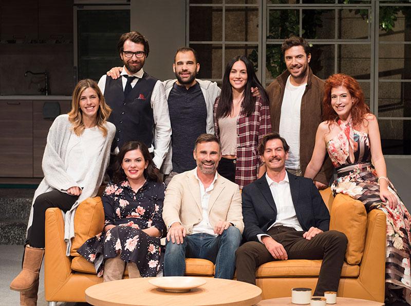 Ο Γιώργος Καπουτζίδης μαζί με άλλους ηθοποιούς